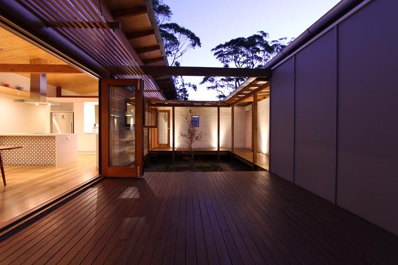 Modern Caste House with garden in centerpart (6)