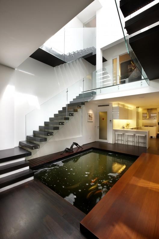elegant contemporary house with koi pond (3)