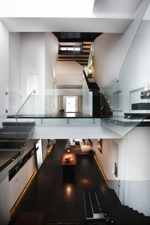 elegant contemporary house with koi pond (7)