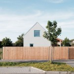 แบบบ้านกระท่อมดั้งเดิมและเรียบง่าย เฉียบขาดด้วยผนังกระจกโปร่งแสงหลังบ้าน