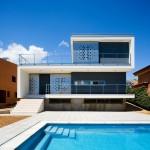 บ้านสามชั้นสไตล์โมเดิร์น ที่เน้นความเป็นส่วนตัว ในแคว้นคาตาลุญญ่า ประเทศสเปน