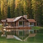 บ้านใหม่แต่สร้างให้ดูเก่าคลาสสิค โดดเด่นริมน้ำตกกลางป่าสน ในประเทศแคนาดา