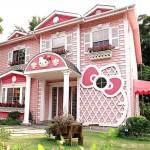 บ้านไม้สองชั้น สไตล์กระท่อมสีหวานแหวว Hello Kitty House สำหรับแฟนเหมียวคิตตี้