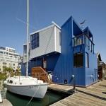 บ้านลอยน้ำสามชั้น ตกแต่งแบบกะลาสี บนพื้นที่จอดเรือได้อย่างลงตัว
