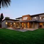 แบบบ้านโมเดิร์นสองชั้น มีสวนทั้งหน้าบ้านและหลังบ้าน พร้อมรั้วรอบขอบชิด