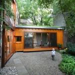 บ้านไม้พร้อมสวนรอบบ้านร่มรื่น สร้างพื้นที่ธรรมชาติอันแสนสงบ ท่ามกลางเมืองใหญ่