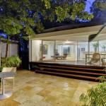 แบบบ้านสไตล์โมเดิร์นชั้นเดียว ผนังกระจกใส มีสระว่ายน้ำและปลูกต้นไม้รอบบ้าน