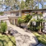 บ้านสวยสไตล์โมเดิร์นบนพื้นที่เนิน พร้อมสระว่ายน้ำและสวนสีเขียวรอบบ้าน
