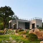บ้านชั้นเดียวสไตล์โมเดิร์น โดดเด่นสีปูนเปลือย พร้อมดาดฟ้าชมวิวธรรมชาติ