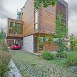 บ้านสามชั้นแนวโมเดิร์นร่วมสมัย เน้นการใช้ไม้เพื่อความรู้สึกใกล้ชิดธรรมชาติ