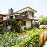 บ้านสองชั้นแนวโมเดิร์นร่วมสมัย โดดเด่นด้วยรูปลักษณ์ และสวนสีเขียวรอบบ้าน