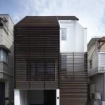 บ้านสามชั้นใจกลางเมืองญี่ปุ่น แต่งสไตล์โมเดิร์น โดดเด่นด้วยไม้ระแนงด้านหน้า