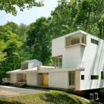 แบบบ้านสองสไตล์ มีส่วนชั้นเดียวและอาคารสี่ชั้น เน้นสีขาวดูโปร่งโล่งตา