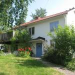 บ้านสองชั้น ตามสไตล์ชนบทของยุโรป ตกแต่งสวยด้วยสวนดอกไม้รอบบ้าน