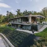 บ้านสองชั้นหรูริมทะเลสาบ ออกแบบให้ชั้นล่างอยู่ใต้ดินเพื่อรักษาอุณหภูมิ