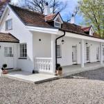 แบบบ้านกระท่อมสีขาวสุดโรแมนติก พร้อมสวนหลังบ้านเติมเต็มความสุขให้ครอบครัว