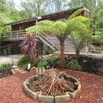 แบบบ้านไม้สองชั้นมีใต้ถุน ตกแต่งภายในสไตล์โมเดิร์น รอบบ้านจัดสวนร่มรื่น