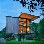 บ้านทำจากแผ่นเหล็กรีไซเคิลทั้งหลัง ออกแบบทรงใต้ถุนสามชั้นได้อย่างดี