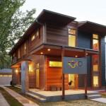 บ้านไม้สองชั้นสไตล์โมเดิร์น รูปทรงสี่เหลี่ยมดูมั่นคง พร้อมตกแต่งภายในอย่างดี