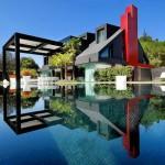 บ้านสองชั้นแนวโมเดิร์นล้ำสมัย ใช้การออกแบบและเล่นสีที่เป็นเอกลักษณ์