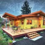 แบบบ้านไม้ชั้นเดียวหลังเล็ก ดูเรียบง่ายเข้ากับธรรมชาติ ล้อมรอบด้วยสวนสวย