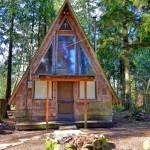 บ้านกระท่อมไม้ ออกแบบหลังคาทรงหน้าจั่วสูง ดูเป็นธรรมชาติและน่าอยู่อาศัย
