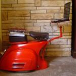 ดัดแปลงรถเวสป้าเก่า เป็นชุดโต๊ะทำงานสีแดงสด ใครมาเห็นต้องเหลียวมอง