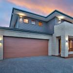 แบบบ้าน 2 ชั้น ออกแบบตกแต่งอย่างเรียบง่ายเป็นสัดเป็นส่วน ดูมั่นคงและมีพลัง