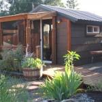 แบบบ้านชั้นเดียวทรงหน้าจั่ว สร้างจากไม้หลังคาเมทัลชีท ตกแต่งดูคลาสสิค