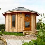 บ้านกระท่อมไม้ทรงแปดเหลี่ยม ออกแบบหลังคาปั้นหยา ดูอบอุ่นน่ารัก