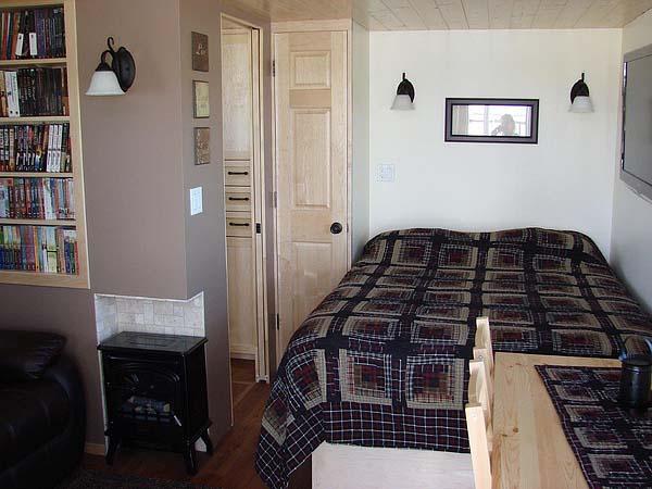 mini wood cottage living house (4)