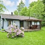 บ้านชั้นเดียวหลังเล็ก ออกแบบเป็นกระท่อมมีระเบียงด้านหน้า เรียบง่ายแต่ดูดีน่ารัก