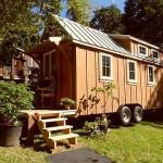 แบบบ้านไม้หลังเล็ก ทรงกระท่อมหลังคาหน้าจั่ว มีล้อลากไว้สำหรับไปเที่ยว
