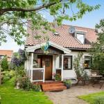 บ้านทรงกระท่อมหลังเล็ก ล้อมรอบด้วยสวนสีเขียว บรรยากาศอบอุ่นมีความสุข