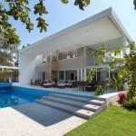 แบบบ้านพักตากอากาศ ออกแบบสไตล์โมเดิร์นสีขาว พร้อมสระว่ายน้ำและสวนสวย