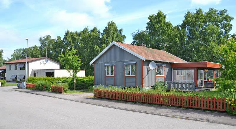 cottage modern house grey orange green nature lawn yard (8)