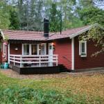 แบบบ้านกระท่อมไม้สีแดง กลางธรรมชาติสีเขียว ดูน่าอยู่ในสไตล์ธรรมชาติ
