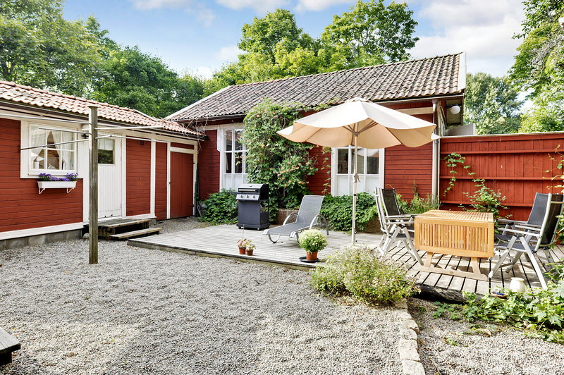 red wooden cottage house green garden (16)
