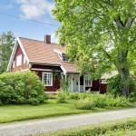 แบบบ้านไม้สองชั้น ออกแบบกระท่อมใช้สีแดงโดดเด่น ในบรรยากาศเป็นธรรมชาติ