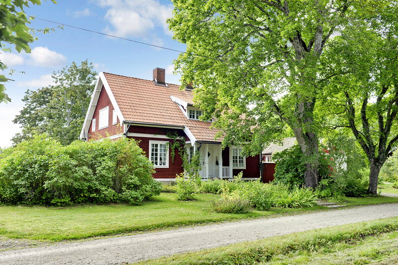 red wooden cottage house green garden (18)