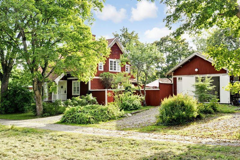 red wooden cottage house green garden (22)