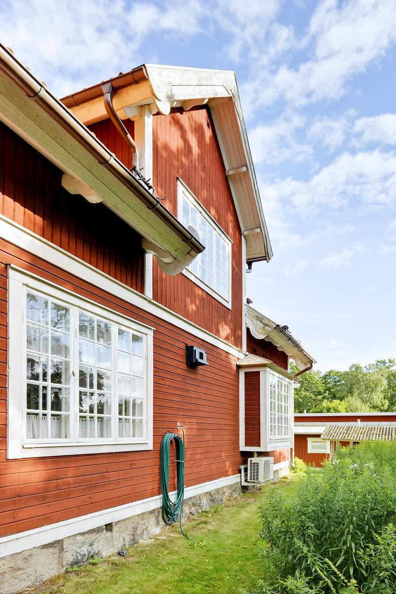 red wooden cottage house green garden (8)
