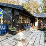 แบบบ้านชั้นเดียวแนวคอทเทจ ตัวบ้านไม้สีน้ำตาลเข้ม ให้ความรู้สึกดีเป็นธรรมชาติ