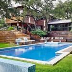 บ้านไม้สามชั้น ในบรรยากาศสวนธรรมชาติร่มรื่น พร้อมสระว่ายน้ำเติมเต็มการพักผ่อน