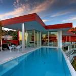 บ้านแบบโมเดิร์นพร้อมสระว่ายน้ำ ออกแบบผนังกระจกเพิ่มความหรูหราและโปร่งสบาย
