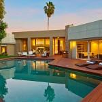 บ้านชั้นเดียวแบบโมเดิร์น มีพื้นที่สวนสวยรอบบ้านพร้อมสระว่ายน้ำ สบายตาน่าอยู่