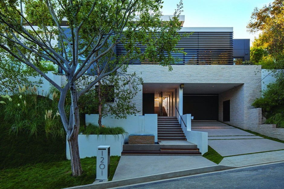 modern vacation house white in natural and green (18)