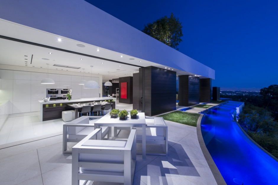 modern vacation house white in natural and green (5)