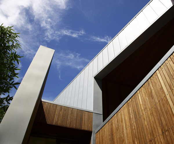 modern wooden house with yard in city (6)