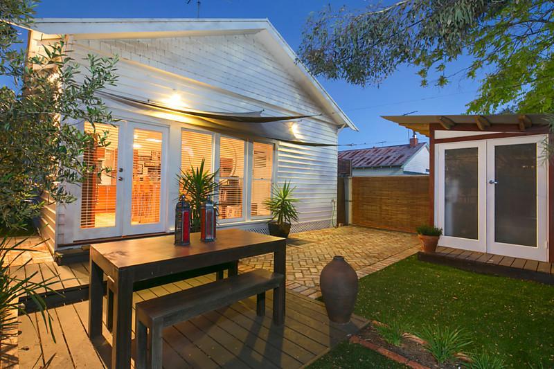 small contemporary house garden in city (2)